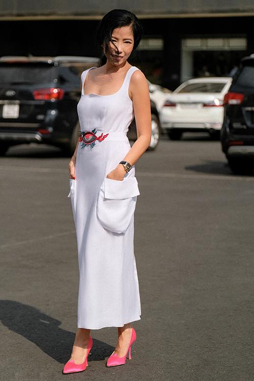 Khai thác gam màu trắng - đen quen thuộc, nữ thiết kế tạo điểm nhấn cho những trang phục của mình bằng chi tiết thêu thủ công, kỹ thuật tạo phom dáng hay các khoảng hở táo bạo để tôn nét quyến rũ của phụ nữ.