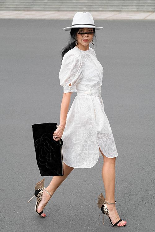 Phong cách ăn mặc của Hà Linh Thư phóng khoáng và biến hoá không ngừng. Có lúc chị ra dáng quý cô nữ tính với các mẫu váy nhưng có lúc lại như phụ nữ quyền lực khi khoác váy dạng suit.