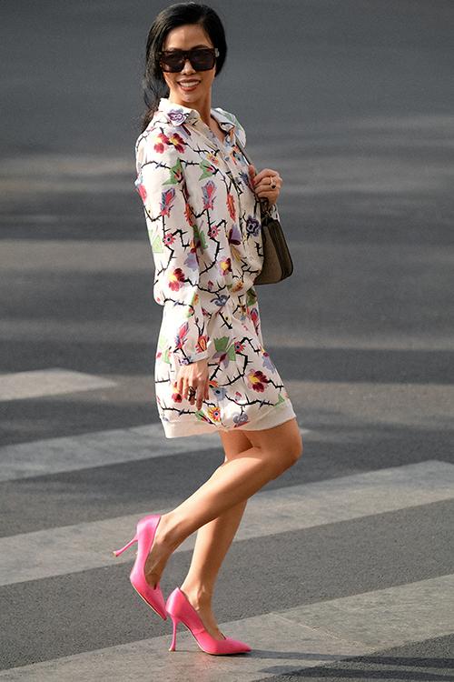 Set trang phục dễ áp dụng cho chị em văn phòng trong mùa nắng với mẫu váy sơ mi biến thể kết hợp cùng giày cao gót, túi kẹp nách.