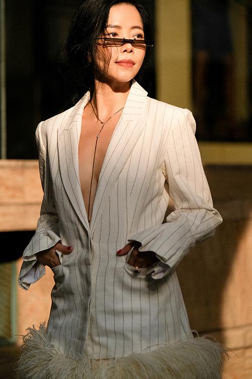 Nữ thiết kế cho biết, cô tự tin khoác bất cứ trang phục nào mà không lo ngại lộ nhược điểm mỡ thừa ở vùng eo như trước đây.
