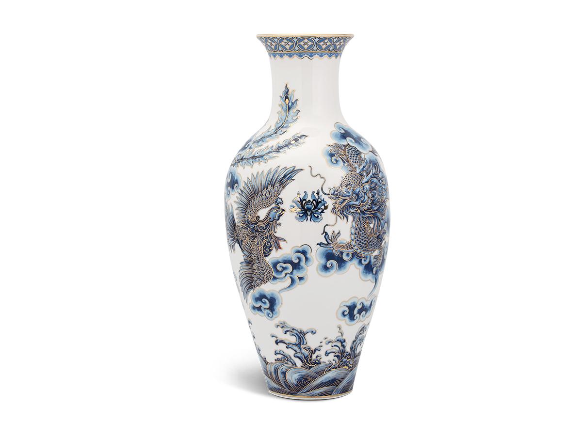 Bình hoa Tứ Linhcó họa tiết là các linh vật mang ý nghĩa tốt lành, may mắn, được đội ngũ nghệ nhân của Minh Long phác họa tỉ mỉ, khéo léo bằng màu xanh cobalt điểm xuyết những nét vàng. Sản phẩm cao 30 cm, đang được bán với giá 2,97 triệu đồng.