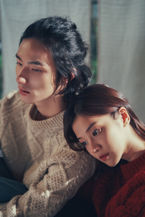 Hoàng Yến Chibi và diễn viên Tuấn Minh trong MV.