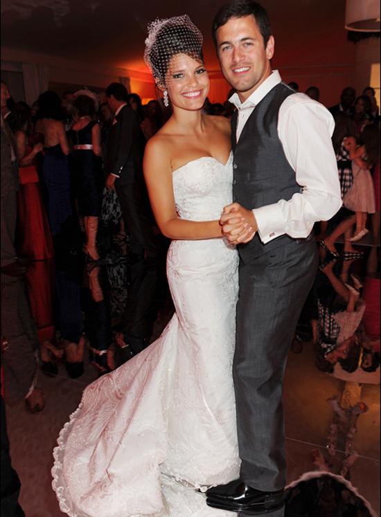 Joe Cole hẹn hò người đẹp là HLV thể dục Carly Zucker từ năm 2002. Hai người đính hôn năm 2007 và tổ chức đám cưới hai năm sau đó. Cựu tiền vệ Chelsea và người đẹp khi còn bên nhau được coi là một trong những cặp đẹp đôi được quan tâm tại Anh hơn 10 năm trước.