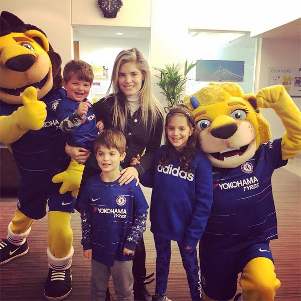 Joe Cole hiện là HLV học viện bóng đá của Chelsea nên vợ thường đưa ba con tới học viện ủng hộ bố.