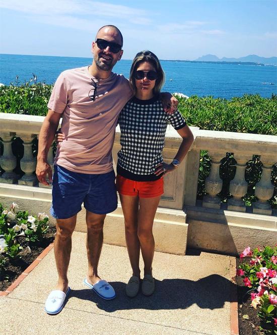 Sau 12 năm kết hôn, vợ chồng Joe Cole vẫn gắn bó bên nhau. Trên trang cá nhân, cựu tiền vệ Chelsea không đăng ảnh bên vợ con nhưng bà xã Carly thường xuyên chia sẻ những khoảnh khắc bên chồng hay gia đình hạnh phúc bên nhau.