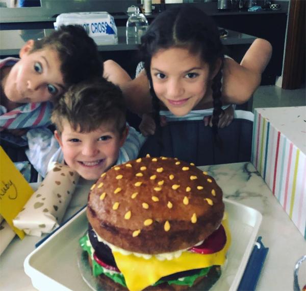 Ba em bé nhà Joe Cole tinh nghịch, dễ thương trong sinh nhật muộn của cô nhóc Ruby Tatiana tháng trước.