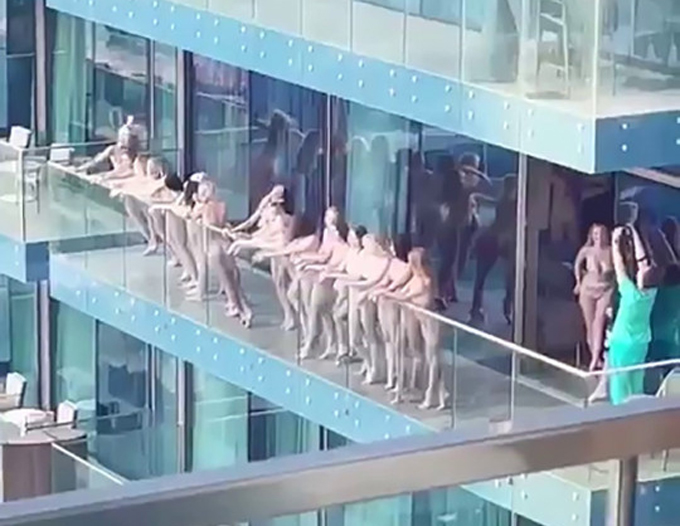 Nhóm mẫu nữ khỏa thân tạo dáng trên ban công ở Dubai hôm 3/4. Ảnh: Instagram.