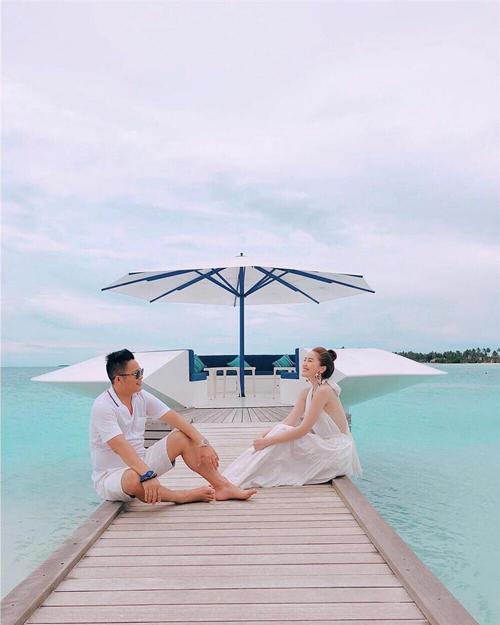 Khoản chiều vợ của ông xã Bảo Thy còn thể hiện ở việc dù công việc bận rộn nhưng anh luôn cố gắng dành thời gian để đưa vợ đi du lịch, để cô trải nghiệm các resort đắt tiền, dịch vụ cao cấp.