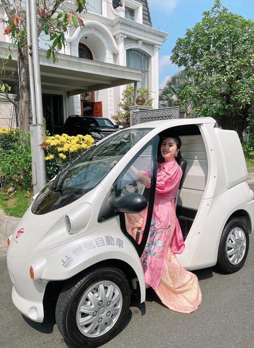 Hồi đầu năm, Bảo Thy từng khoe siêu xe đi chợ được chồng mua tặng. Đây là xe điện an toàn, thích hợp cho Bảo Thy đi lại gần nhà.