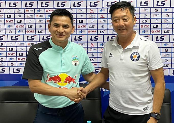 HLV Kiatisuk và Lê Huỳnh Đức bắt tay trong cuộc họp báo trước trận Đà Nẵng - HAGL sáng 7/4. Ảnh: KS.