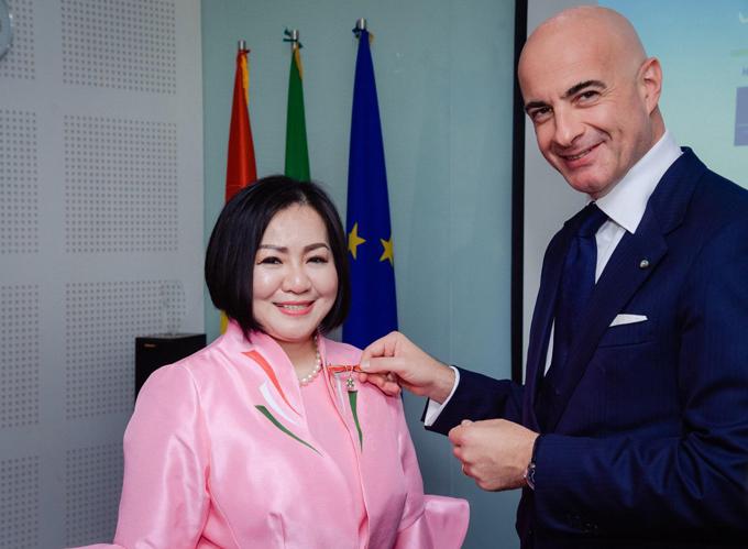 Tổng lãnh sự Italy tại TP HCM trao Huân chương công trạng cho bà Trang Lê, chiều 6/4.