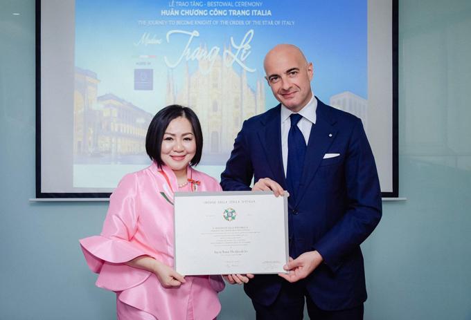 Bà trùm làng mốt vinh dự khi là người đầu tiên làm việc trong lĩnh vực thời trang được nhận Huân chương công trạng của Italy.