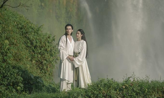 Trình Mỹ Duyên và Lê Anh Huy tình tứ trong khung cảnh trữ tình của phim Kiều.