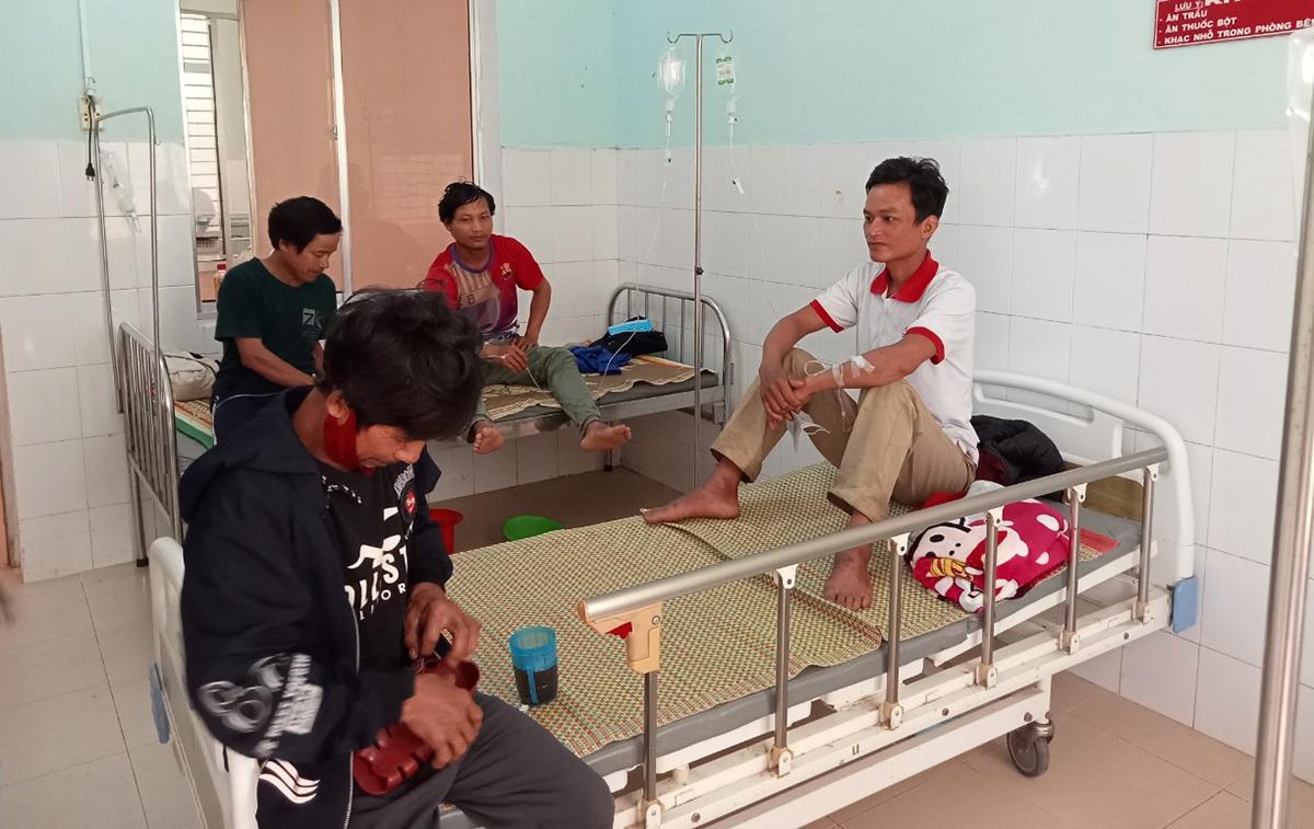 Bốn người đang điều trị tại Trung tâm Y tế huyện Nam Trà My. Ảnh: Sơn Thủy.