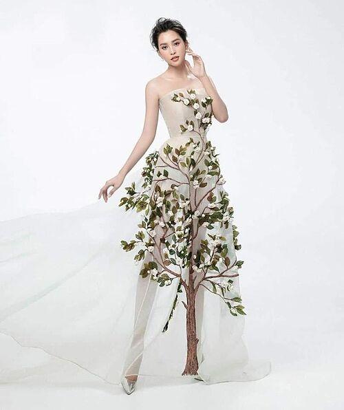 Hoa hậu Tiểu Vy trong bộ ảnh mới. Trang phục của cô nhận nhiều ý kiến trái chiều khi bên cạnh những người khen lạ, đẹp nhiều bình luận chê gốc cây làm trang phục xấu đi.