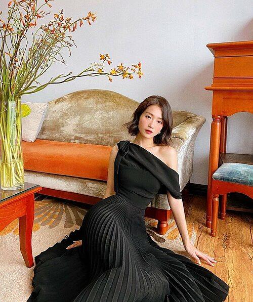 Khác hẳn với vẻ cá tính thường ngày, diễn viên Khả Ngân thấy mình trở nên bánh bèo khi diện trang phục váy vóc thướt tha,