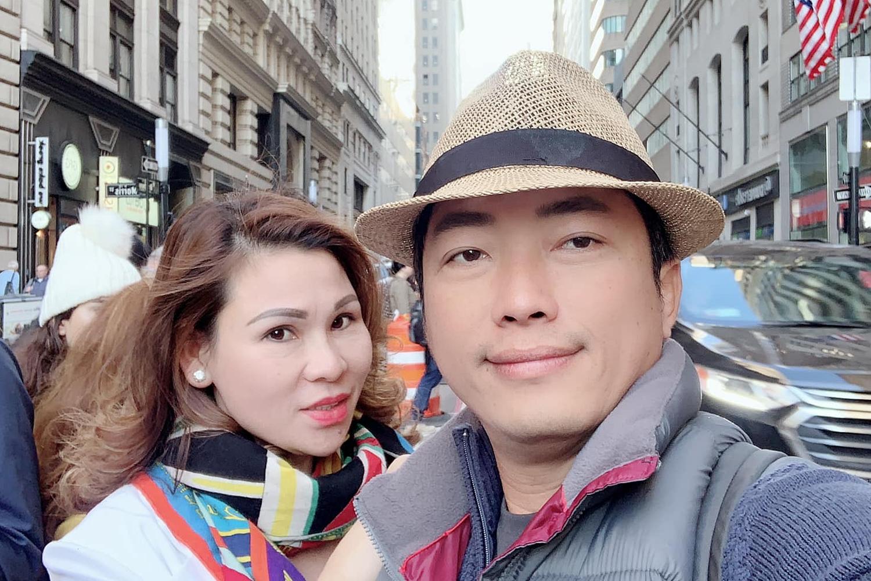 Kinh Quốc và vợ du ngoạn New York.