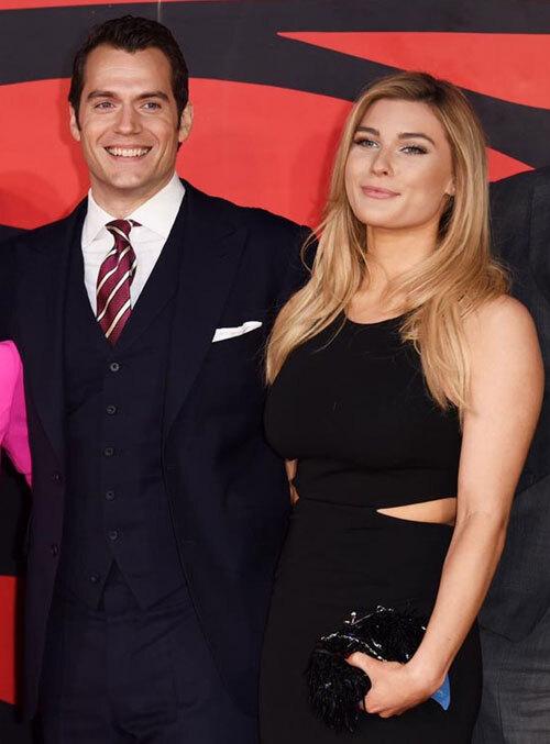 Henry bên người tình trẻ Tara King năm 2016.