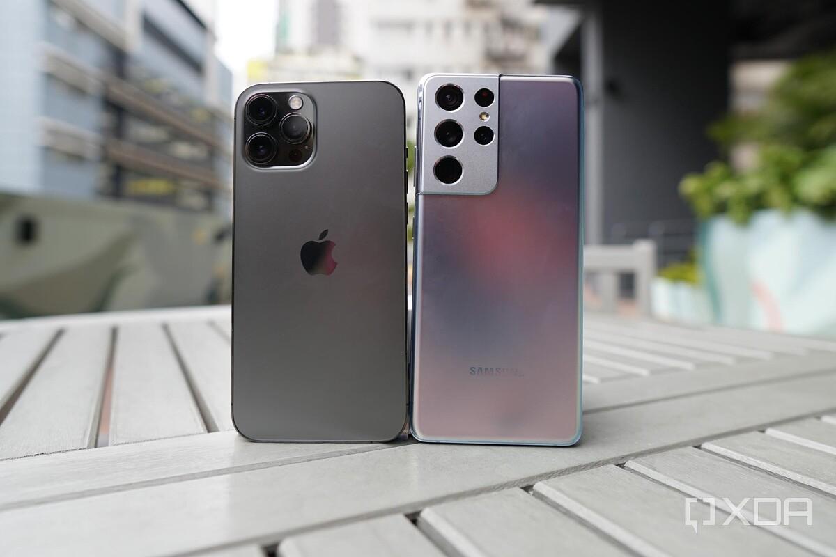 Apple iPhone 12 Pro Max và Samsung Galaxy S21 Ultra. Ảnh: XDA