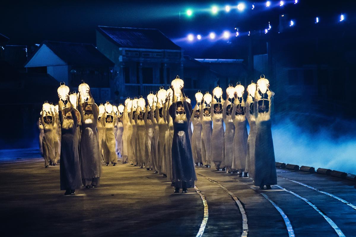 Đèn và biển là màn 3 của show, thể hiện câu chuyện gợi lên sức mạnh của tình yêu và sức sống con người Hội An - con người Việt Nam.