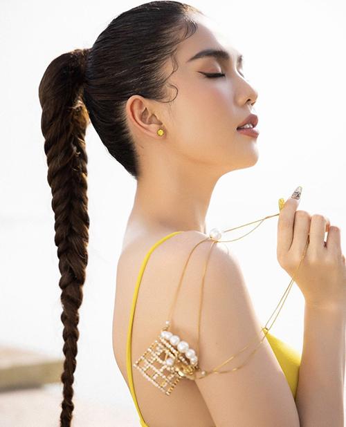 Ngoài mẫu túi siêu nhỏ trang trí dây ngọc trai vừa ra lò của Chanel, Ngọc Trinh còn chọn thêm mẫu phụ kiện độc đáo của cùng thương hiệu để mix đồ.