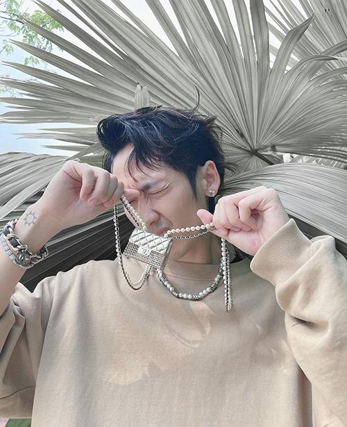 Nam diễn viên Tuấn Trần cũng chọn mẫu túi được Ngọc Trinh, Diệu Nhi yêu thích để phối đồ street style.