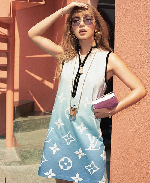 Châu Bùi khoe phong cách mùa hè với nguyên set đồ của Louis Vuitton. Thương hiệu nổi tiếng này cũng cho ra mắt dòng túi siêu mini để giúp các tín đồ thời trang thoả sức mix đồ theo trend.