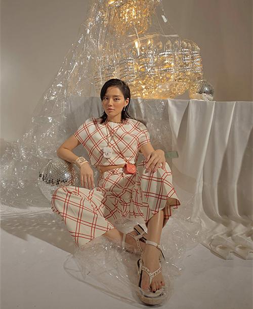 Khánh Linh cũng nhan chóng bắt trend sử dụng túi mini như phụ kiện vòng cổ ấn tượng được các fashionista thế giới và sao Việt yêu thích. Hai mẫu túi xinh xắn của Chanel được phối hợp nhịp nhàng cùng bộ suit kẻ sọc chéo.
