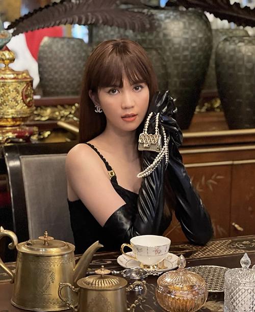 Nổi tiếng với biệt danh nữ hoàng đập hộp của giới showbiz Việt, Ngọc Trinh luôn thể hiện sự chịu chi để tậu về những mẫu túi hợp xu hướng và có giá khá chát.