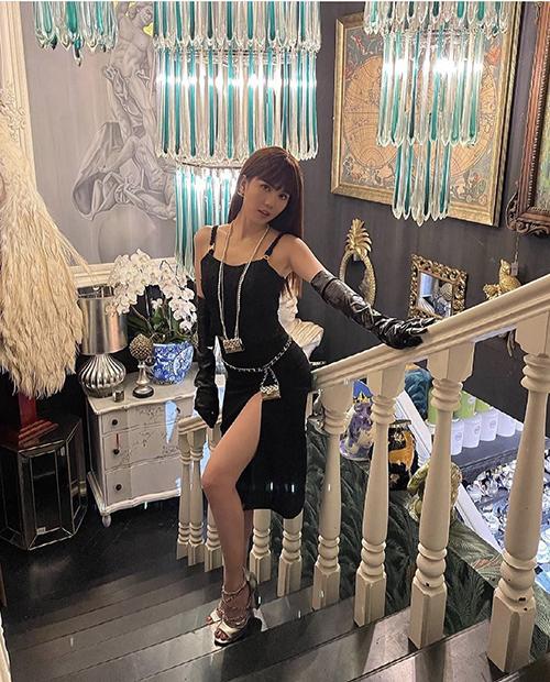Chiếc túi lọt thỏm trong lòng bàn tay được Ngọc Trinh phối cùng váy xẻ cao. Nữ hoàng nội y chọn váy đơn sắc để làm nổi bật hai chiếc túi xịn xò mới sắm.