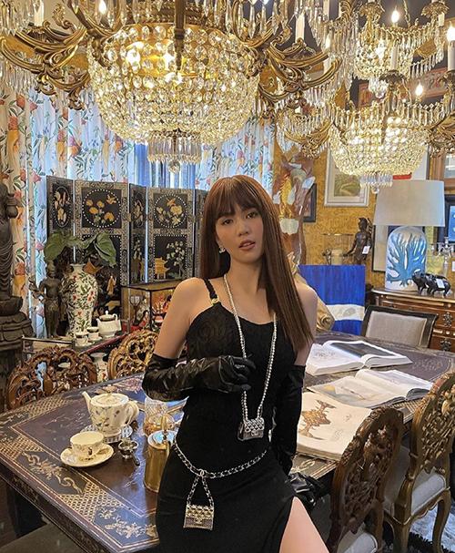 Túi siêu nhỏ của Chanel có giá 58 triệu đồng được Ngọc Trinh mua luôn hai chiếc để thể hiện phong cách người đón đầu trend mới.