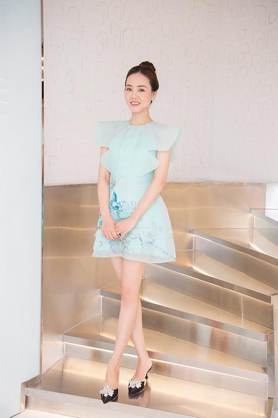 Cô khoe nhan sắc tuổi 33 với trang phục do NTK Hòa Nguyễn thực hiện, phụ kiện hàng hiệu trong bộ ảnh mới thực hiện.