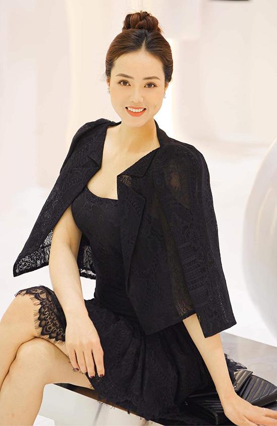 Ngọc Hà sinh năm 1988, kém NSND Công Lý 15 tuổi. Cô từng lọt Top 10 Hoa hậu Du lịch Việt Nam 2010 nhưng không hoạt động showbiz.