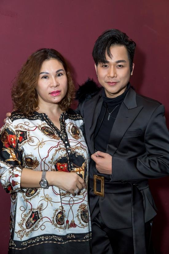 Vợ diễn viên Đất phương nam có mối quan hệ thân thiết với nhiều nghệ sĩ, trong ảnh là ca sĩ Quách Tuấn Du. Song cô hạn chế xuất hiện ở các sự kiện đông người dù chồng thường xuyên rủ rê.