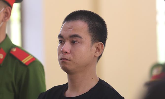 Bị cáo Phạm Văn Tới trong phiên tòa sơ thẩm sáng 8/4. Ảnh: Sơn Thủy.