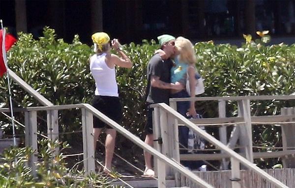 ... rồi không ngại ngần trao cô hôn đắm đuối trước ống kính của em trai 15 tuổi. Đôi trẻ không ngại nắng gắt, sống ảo hết mình. Brooklyn và Nicola Peltz được biết đến là cặp đôi yêu nhau thắm thiết, thường xuyên thể hiện tình cảm cả ở trên mạng xã hội, và ở nơi công cộng.
