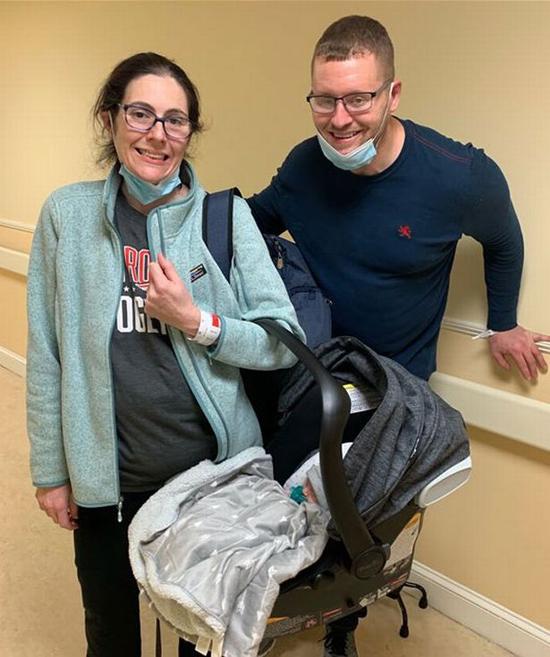 Melissa cùng hôn phu và đứa trẻ cô đẻ rơi trong toilet tại bệnh viện ở Boston, Mỹ. Ảnh: Today.