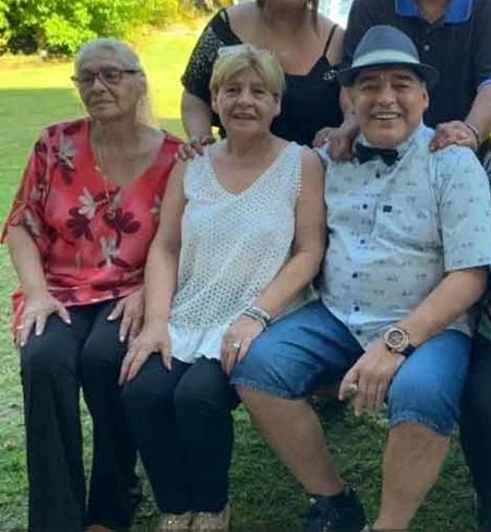 Huyền thoại Maradona bên hai trong số 4 chị gái. Bà Lili mặc áo đỏ ngồi ngoài cùng bên trái. Ảnh: The Sun.