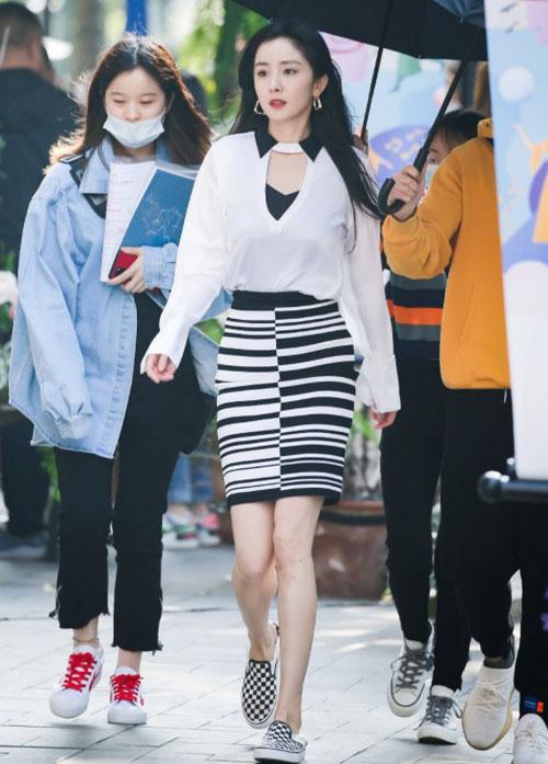 Dương Mịch đi giày của thương hiệu nội địa Trung Quốc.