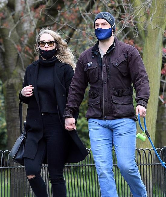 Tài tử Anh và cô gái nắm tay nhau tản bộ trong công viên và dạo phố London. Henry dành thời gian hẹn hò sau khi quay phần hai của loạt phim hành động kỳ ảo The Witcher.
