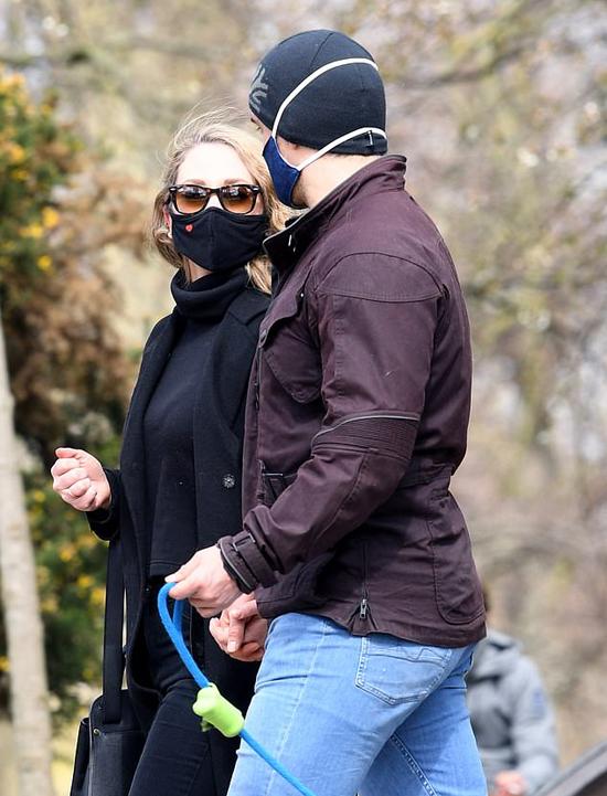 Cặp đôi đeo khẩu trang kín mít để tránh dịch.