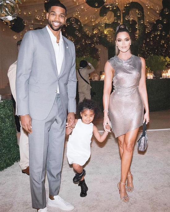 Khloe bên bạn trai và con gái.