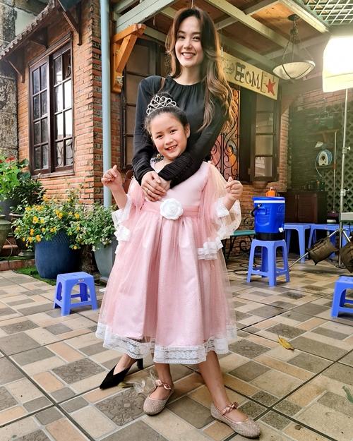 Minh Hằng bên con gái Ngân Chi của phim Mẹ ác ma, cha thiên sứ.