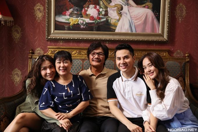 Minh Hằng thân thiết với các bạn diễn: diễn viên Trần Huy Anh, NSƯT Công Ninh, nghệ sĩ Thanh Thủy, diễn viên Khả Như.