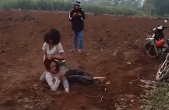 Sau đó quật nhau văng ra đất. Ảnh: Cắt từ video