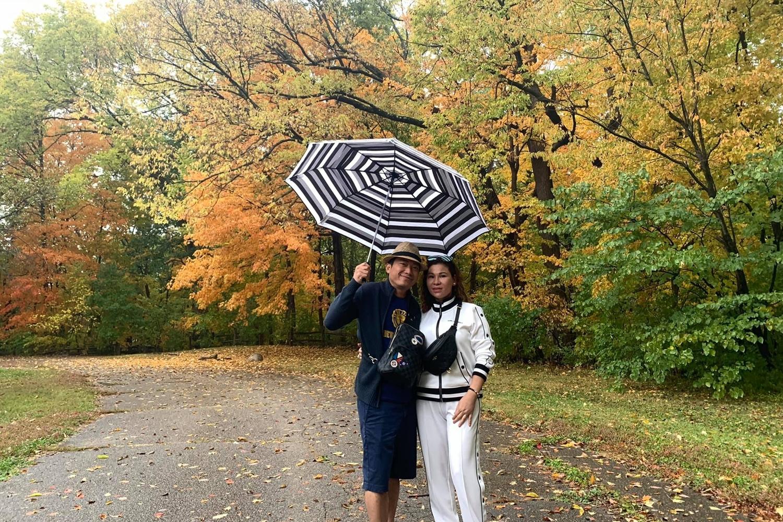 Tháng 10/2019, vợ chồng Kinh Quốc cùng con gái có chuyến du lịch Mỹ nhiều ngày. Tại đây, họ kết hợp thăm người thân và bạn bè. Dưới khung cảnh ngập lá vàng màu thu, họ tình tứ bên nhau và ghi lại nhiều hình ảnh kỷ niệm.