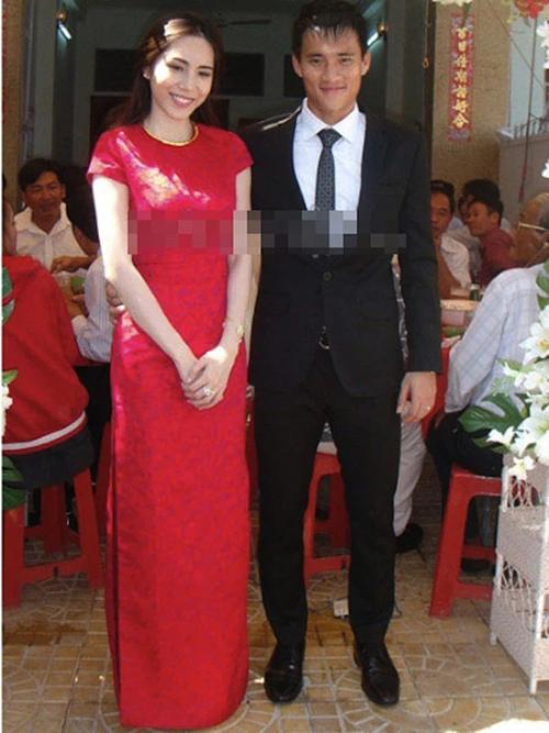 Riêng cô dâu Thuỷ Tiên diện áo dài đỏ cộc tay in chìm hoạ tiết cho đám hỏi với Công Vinh chiều 4/11/2011. Đây là lựa chọn phù hợp khi cô dâu làm lễ trong tiết trời nắng nóng ở Kiên Giang.