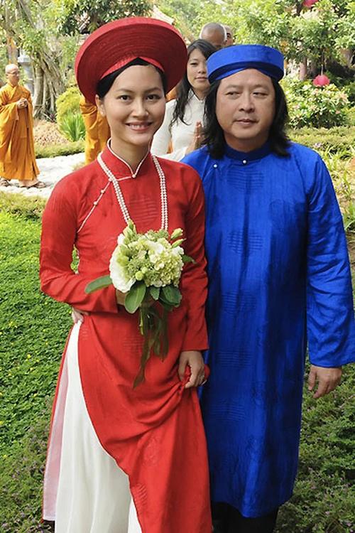 Đỗ Hải Yến diện áo dài lụa đỏ phom dáng suông ruộng, in chìm hoạ tiết song hỷ cùng chuỗi ngọc trai, đội khăn xếp trong lễ cưới với chồng Calvin Tài Lâm hồi năm 2012 tại chùa ở Quy Nhơn, Bình Định.