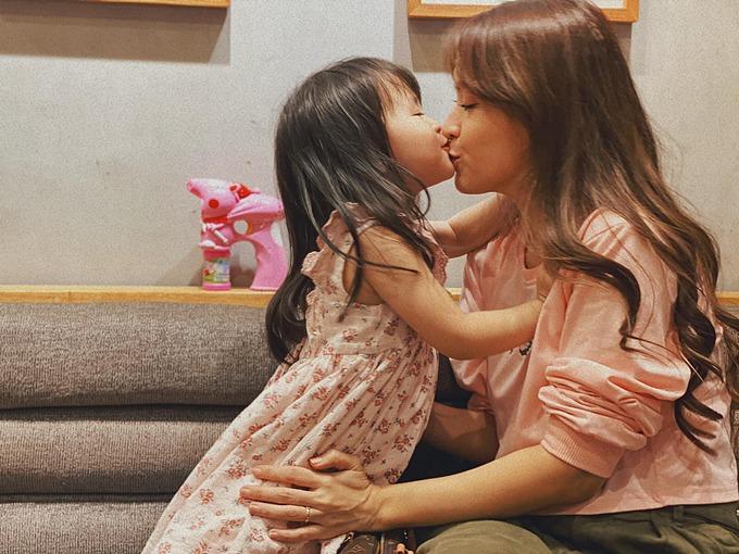 Tú Vi nói về khoảnh khắc đáng yêu bên con gái: Cô người yêu của mình, cô hun nhân trung mình, mình hun cằm cô.