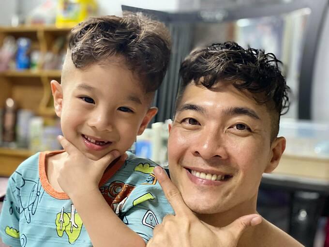 Quốc Cơ và con trai làm tóc xoăn giống nhau.